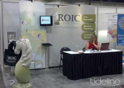 roic-10x10-medallion-high-quality-trade-show-booth-with-tv-02